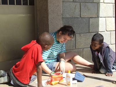 東アフリカのエチオピアで子供のケアの海外ボランティア ボランティアと現地の子供たちの様子