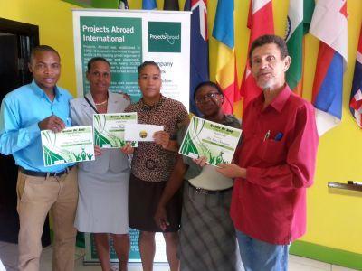 De winnaars van Projects Abroad's Operation Get Ready poseren met hun certificaat.