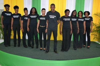 Het personeel van Projects Abroad in Jamaica dragen met trots hun operatie SHARE T-shirts tijdens de lancering van hun daklozen bewustwordingscampagne.