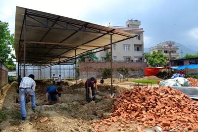Projects Abroad vrijwilligers werken aan de fundering van de Sunrise School in Kahtmandu, Nepal, voordat ze starten met storten van beton