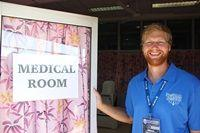 Fysiotherapie vrijwilliger helpt bij rugby wedstrijd in Samoa