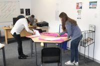 Journalistiek vrijwilligers beginnen een outreach project in Vredelus House, Kaapstad