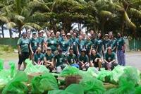 Vrijwilligers dragen bij aan het behoud van de natuur door een strand schoonmaakactie in Sri Lanka