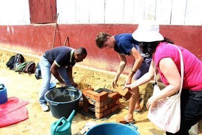 Projects Abroad vrijwilligers en medewerkers bouwen kachels voor het koken van schoon drinkwater voor een lokale school in Andasibe, Madagaskar