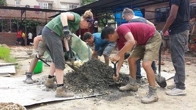 Vrijwilligers van Projects Abroad helpen op het Wederopbouw project met het herbouwen van scholen en toiletten.