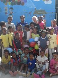 Vrijwilligster Projects Abroad doneert dvd-speler aan weeshuis Ethiopië