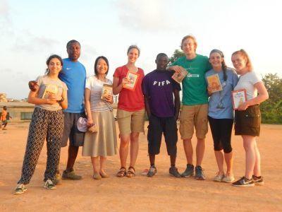 Vrijwilligers van het 'Soccer Pitch Reading' project in Ghana