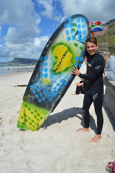 De surfplank van Ashtan is helemaal aangepast aan zijn lichaam zodat hij optimaal van het surfen kan genieten.