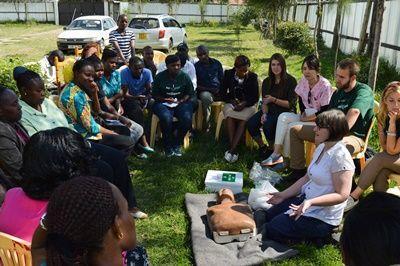 Geneeskunde vrijwilliger uit Ierland Annie geeft een demonstratie reanimeren aan een Projects Abroad partner in Nanyuki, Kenia