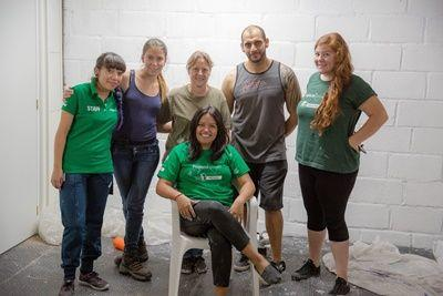 Van links naar rechts, Arely Maldonado, Tatjana Kotschenreuter, Rosa Juarez (zittend), Oliver Garcia en Natalia Gomez bij FM4 tijdens de gemeenschapsdag