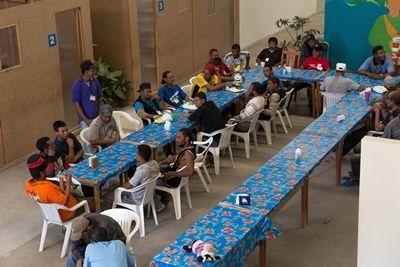 Migranten dineren in de eetzaal van FM4 Paso Libre