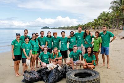Projects Abroad Haaienbescherming vrijwilligers poseren voor een groepsfoto na een succesvolle strandschoonmaak.