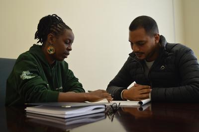 Maria bereidt het juridisch loket voor samen met een collega van het Human Rights Office in Kaapstad.