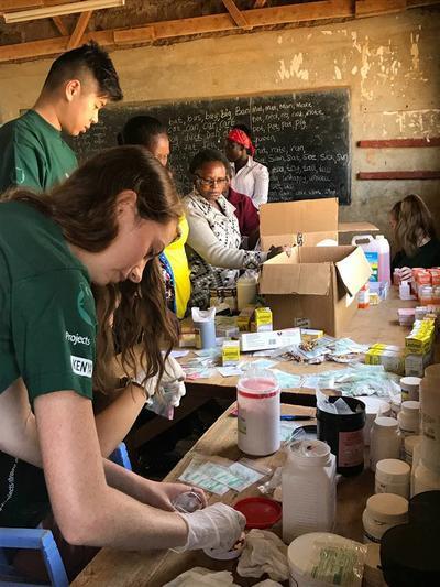 Geneeskunde vrijwilligers helpen tijdens een jongerenreis naar Kenia patiënten op het platteland