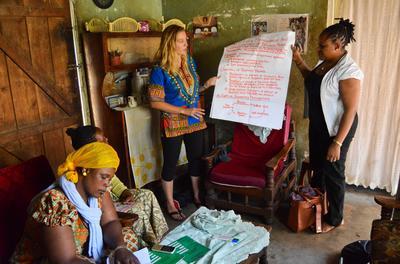 Een microkrediet vrijwilliger helpt vrouwen bij het opzetten van een eigen onderneming in Tanzania.