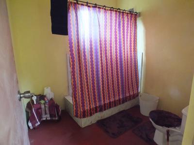 Een badkamer die werd gebouwd voor een lokale bejaarde man in Jamaica