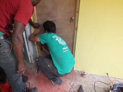 Een bouw vrijwilliger helpt bij het bouwen van een Badkamer in Jamaica