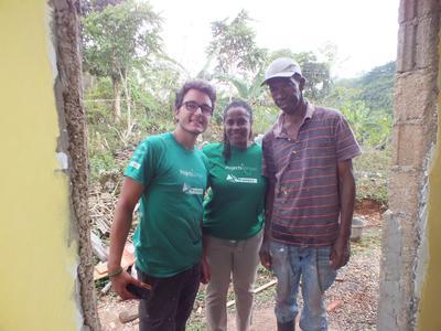 Bouw vrijwilligers en medewerkers in Jamaica bouwde een badkamer voor Meneer Smith