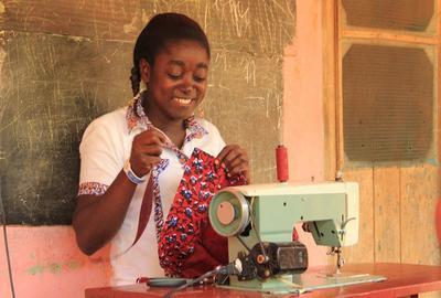 Skräddare i Ghana arbetar vid sin symaskin