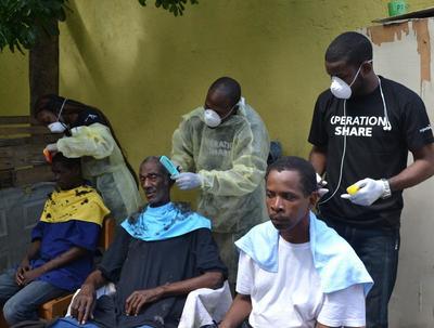 Volontärer och personal från Projects Abroad jamaica erbjuder frisörtjänster till hemlösa än I Kingston under World Homless Dat den 10 oktober, 2015