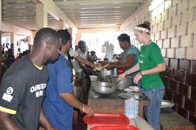 Volontär Nell Bender från Projects Abroad Jamaica, serverar mat till hemlösa I Kingston under World Homeless Day den 10 oktober, 2015