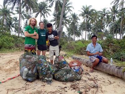 Volontär vid Projects Abroads naturvårsdprojekt i Kambodja deltar i städoperation på stranden tillsammans med övriga volontärer och personal från projektet. Projects Abroad Marine Conservation volunteer, Kate Jackson from Australia, takes part in a beach clean-up at her placement in Cambodia.