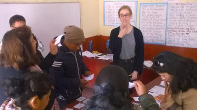 Kvinnlig volontär undervisar lärare i engelska i Peru