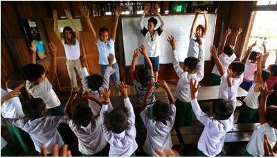 Volontärer undervisar barn