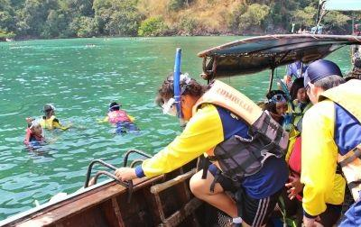 Projects Abroad volunteers assist local children with snorkelling in Thailand