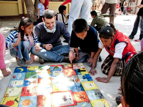 Freiwilliger mit Schülern