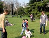 Freiwilliger mit Kindern
