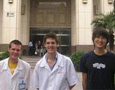 Praktikanten vor dem Krankenhaus