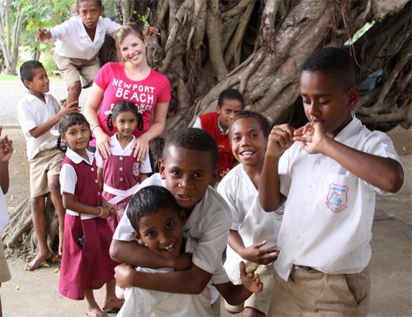Freiwillige mit Schulkindern
