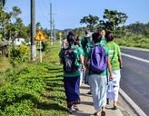 Freiwillige auf dem Weg zum Community Day in einem Dorf