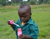 Ein kleiner Junge spielt mit Seifenblasen im Senegal