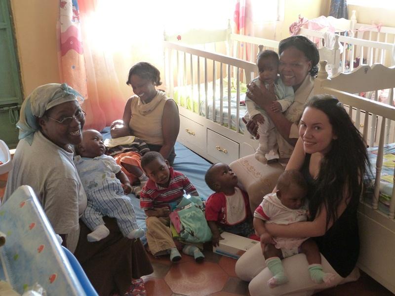 Freiwillige mit Kollegen und Kindern