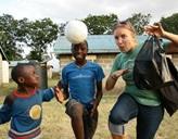 Projects Abroad Freiwillige beim Rumalbern mit zwei Jungs