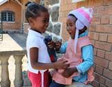 Zwei einheimische Mädchen spielen gemeinsam