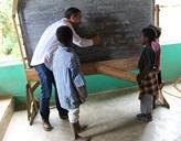 Freiwilliger unterrichtet Schülern Französisch