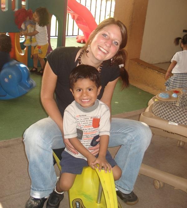 Porjects Abroad Freiwillige spielt mit einem Jungen im Sozialprojekt