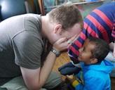 Projects Abroad Freiwilliger spielt mit einem Jungen in Nepal