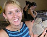 Archäologie - Praktikantin mit Fundstück