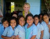 Freiwillige mit Schülerinnen