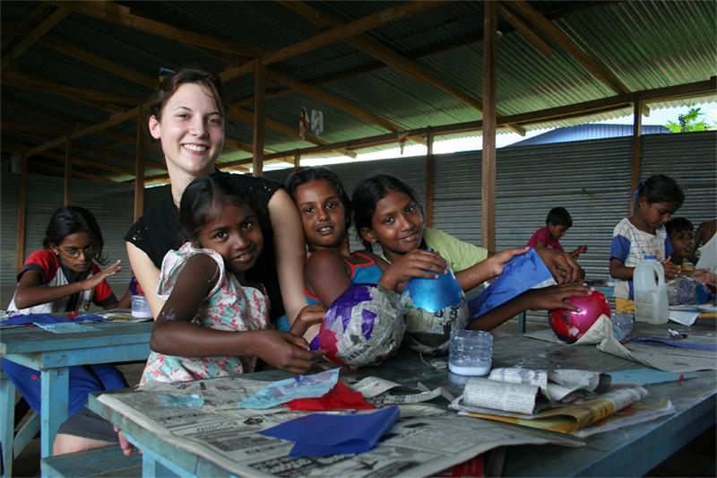 Freiwillige im Waisenhaus