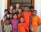 Freiwillige mit ihren Schülern