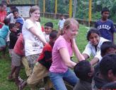 Freiwillige mit Kindern