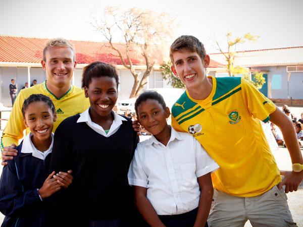 Freiwillige mit Schülern