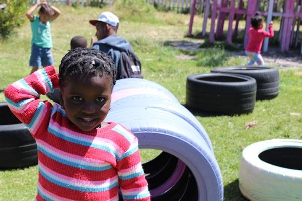 Kleines Mädchen auf einem Spielplatz in Südafrika