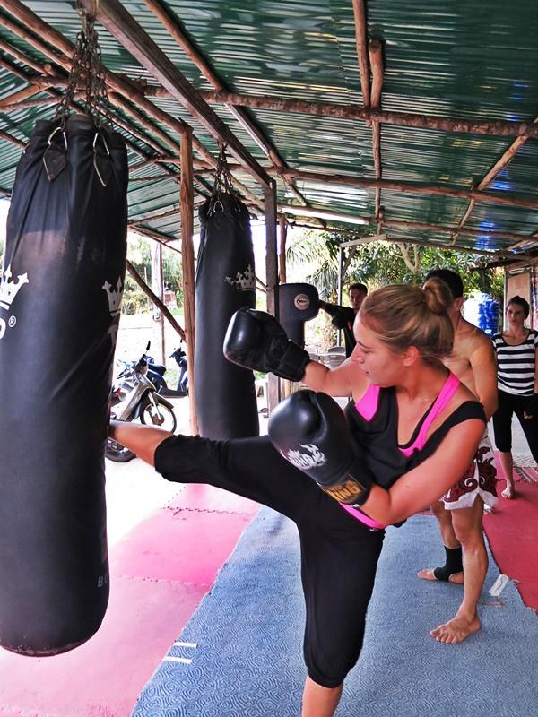 Freiwillige probiert muay Thai boxen aus