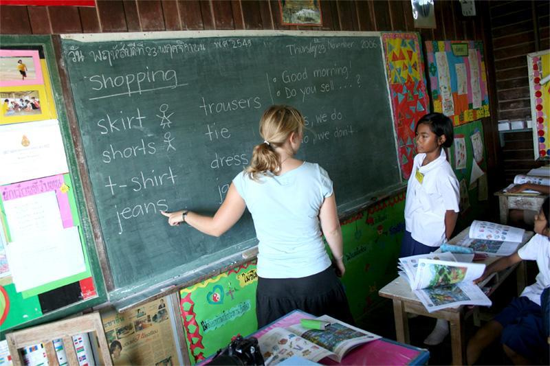 Freiwillige unterrichtet Englisch